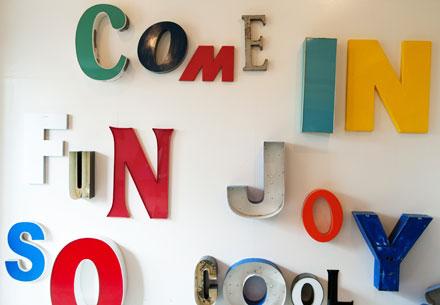ヴィンテージのサインレターで生活に彩りを<br>「LETTERS 8」による展示会『Old is New』