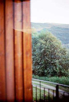 写真家、オラ・リンダルのメランコリックな世界写真展『Pictures for an Untold Story』開催